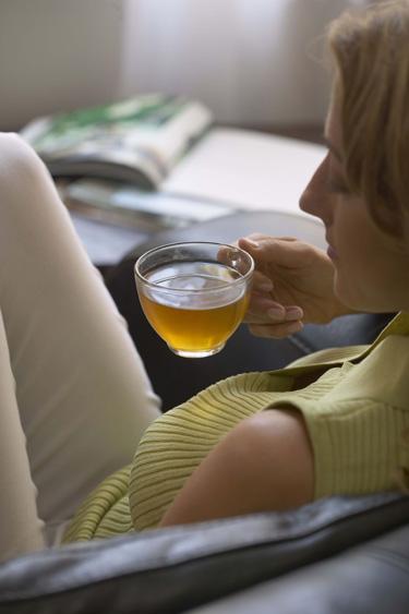 Chá branco ou verde mulher